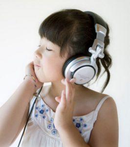 Trẻ hát và nghe nhạc giúp hết say tau xe